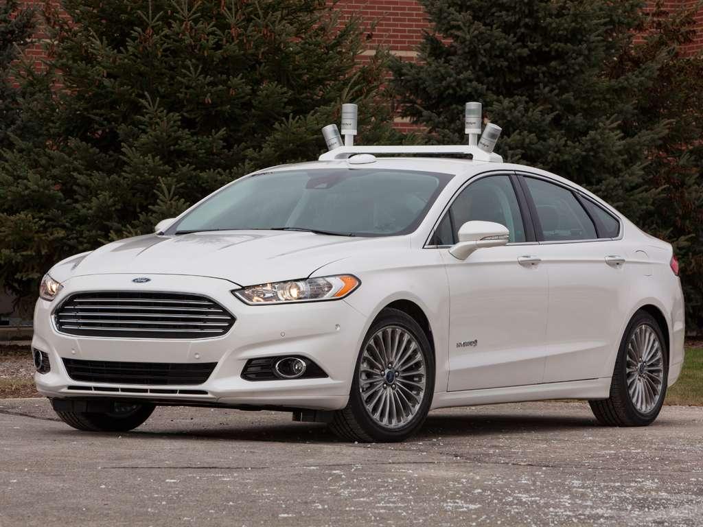 Le prototype Ford Fusion Hybrid, qui sert de laboratoire au constructeur américain pour développer la conduite autonome. Sur le toit, on distingue les cinq capteurs lidar qui utilisent un laser à impulsion pour créer une modélisation 3D en temps réel à 360°, grâce à laquelle le véhicule peut « voir » tout ce qui se passe autour de lui. © Ford