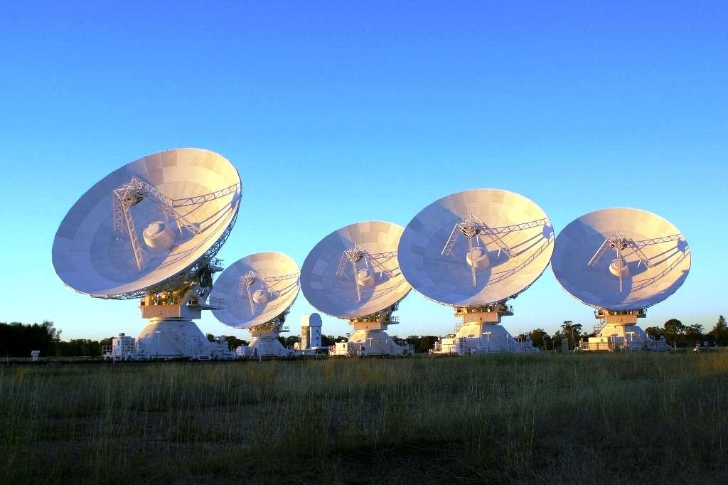 Sur cette image, on voit l'interféromètre Atca (Australia Telescope Compact Array) du CSIRO. C'est un réseau de six radiotélescopes de 22 mètres de diamètre dans l'est de l'Australie. © David Smyth