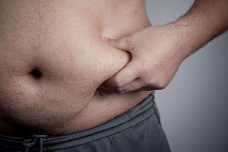 Loin de favoriser la perte du poids, sauter des repas pourrait favoriser l'augmentation du tissu adipeux au niveau du ventre. © staticnak, shutterstock.com