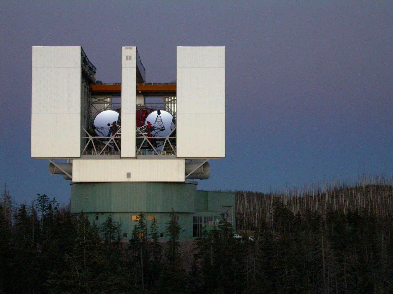 Le LBTI est enfin opérationnel. Sur le sommet du mont Graham encore marqué par les incendies de forêt, ses deux gigantesques yeux vont disséquer les anneaux poussiéreux autour des étoiles. © LBT
