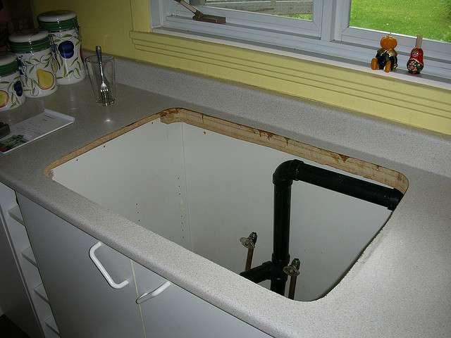 La canne de vidange est souvent placée sous l'évier principal de la cuisine ou de la salle de bain. © Jean-pierre lavoie, CC BY 2.0, Flickr
