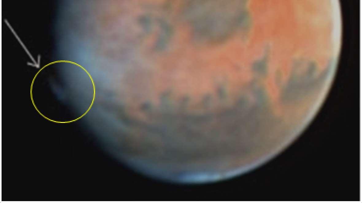 Jusque-là, on supposait que les panaches aperçus autour de Mars pouvaient être des nuages de glace d'eau, de cristaux de dioxyde de carbone, ou bien encore de poussière. © Esa, Nasa, Hubble Science Team