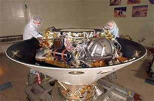 Phoenix en construction chez Lockheed Martin. Le lander est 'à l'envers', logé à l'intérieur de son bouclier, dans la partie arrière. Les pieds n'ont pas encore été fixés.