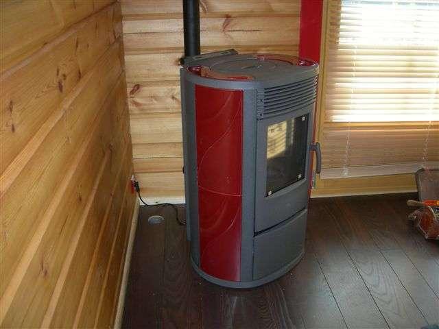 Un poêle à bois peut servir d'énergie d'appoint pour le chauffage, aux intersaisons et pour réduire la facture énergétique. © Raphael Savina CC by-nc-nd 3.0