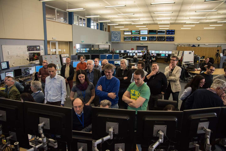 Au centre de contrôle du Grand collisionneur de hadrons l'émotion était palpable le 5 avril 2015. À 10 h 41, un premier faisceau de protons a fait le tour du LHC, dans un sens, puis, à 12 h 27, un deuxième a accompli le même circuit en sens inverse. Ces faisceaux ont circulé à leur énergie d'injection à la sortie du SPS, c'est-à-dire 450 GeV. © Maximilien Brice, Cern