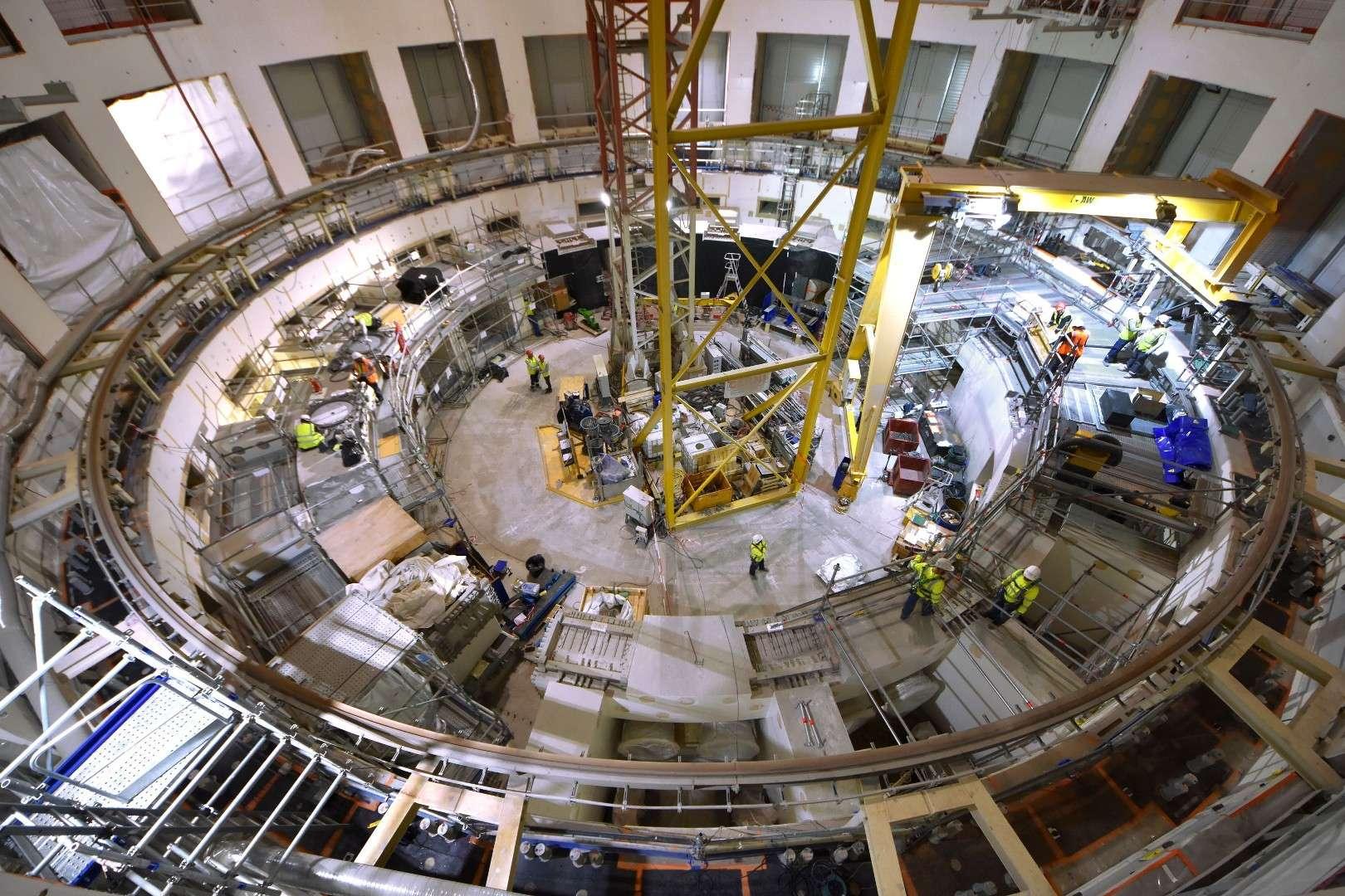 La maîtrise de la fusion contrôlée est indispensable à l'humanité pour affronter les défis de la seconde moitié du XXIe siècle. Dans la fosse d'assemblage d'Iter, les ancrages de la machine et du « thermos » géant qui l'enveloppe (le cryostat) sont en cours d'installation. © 2019, Iter Organization