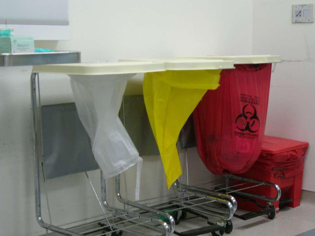 Système de tri des déchets médicaux dans un hôpital en fonction de leur dangerosité. © Stephen Witherden, Wikimedia Commons, cc by sa 2.0