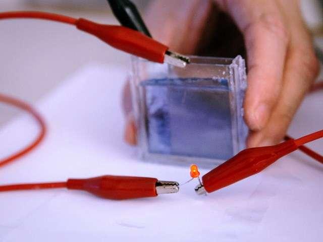 La vitre électrochromatique développée à l'université de technologie de Nanyang à Singapour utilise le pigment bleu de Prusse qui est stimulé par un électrolyte liquide. La teinte peut ainsi passer sur commande d'un bleu foncé au transparent pour ajuster la luminosité dans une pièce et contribuer à des économies d'énergie (climatisation, éclairage). © Nanyang Technological University