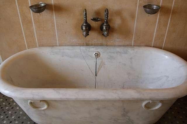 Une baignoire s'insère bien dans les combles, mais vérifiez que le sol soit en mesure de la supporter pour pouvoir créer une salle de bain. © Dominique Sanchez, Flickr, CC BY 2.0