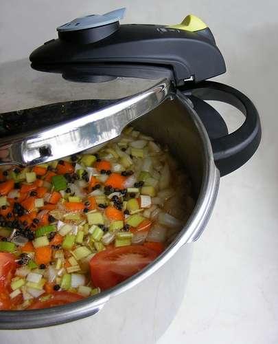 Le couvercle des casseroles et des cocottes-minutes réduit l'énergie nécessaire à la cuisson des aliments. © FotoosVanRobin CC by-sa 2.0