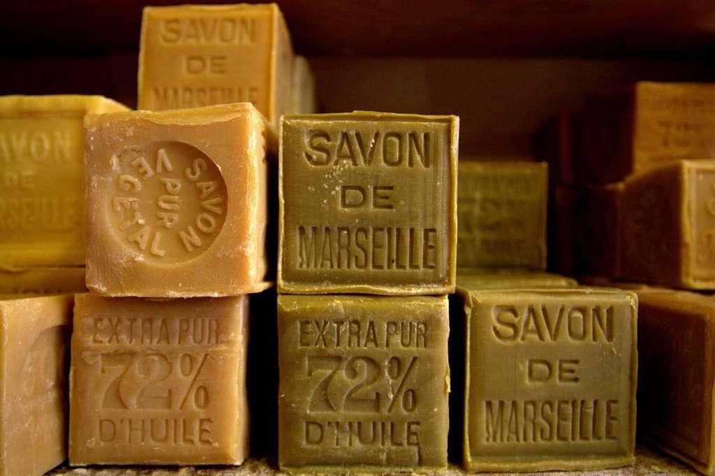 Le savon de Marseille est un détachant naturel utilisé contre les taches de graisse et de sang. © Flickr, cc by sa 2.0