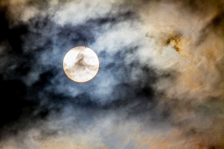 Cette image du transit de Vénus prise en Pennsylvanie dégage une grande intensité. Elle rappelle le caractère aléatoire de toute observation astronomique dont la réussite est conditionnée par la météo. © William Ames