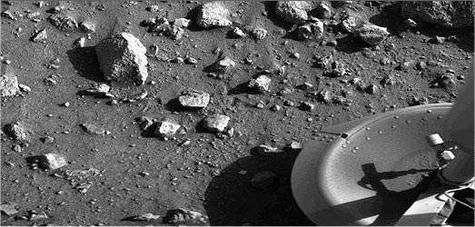 Première image du sol de Mars prise par Viking 1, juste une minute après son atterrissage le 20 juillet 1976.
