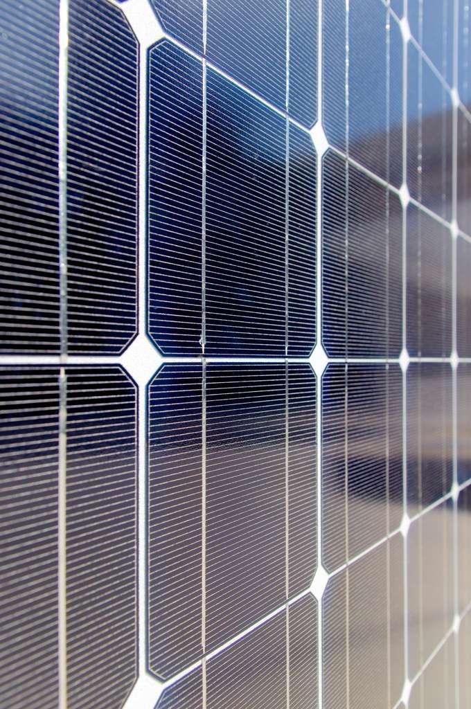 Le cœur des panneaux solaires se compose de cellules photovoltaïques. Celles-ci convertissent directement la lumière solaire en électricité. © zigazou76, Flickr, cc by 2.0