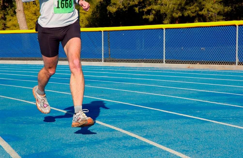 Quitte à courir sur de grandes distances, autant choisir les épreuves les plus longues : en courant moins vite, on se préserve davantage de la fatigue musculaire. © Byronwmoore, StockFreeImages.com