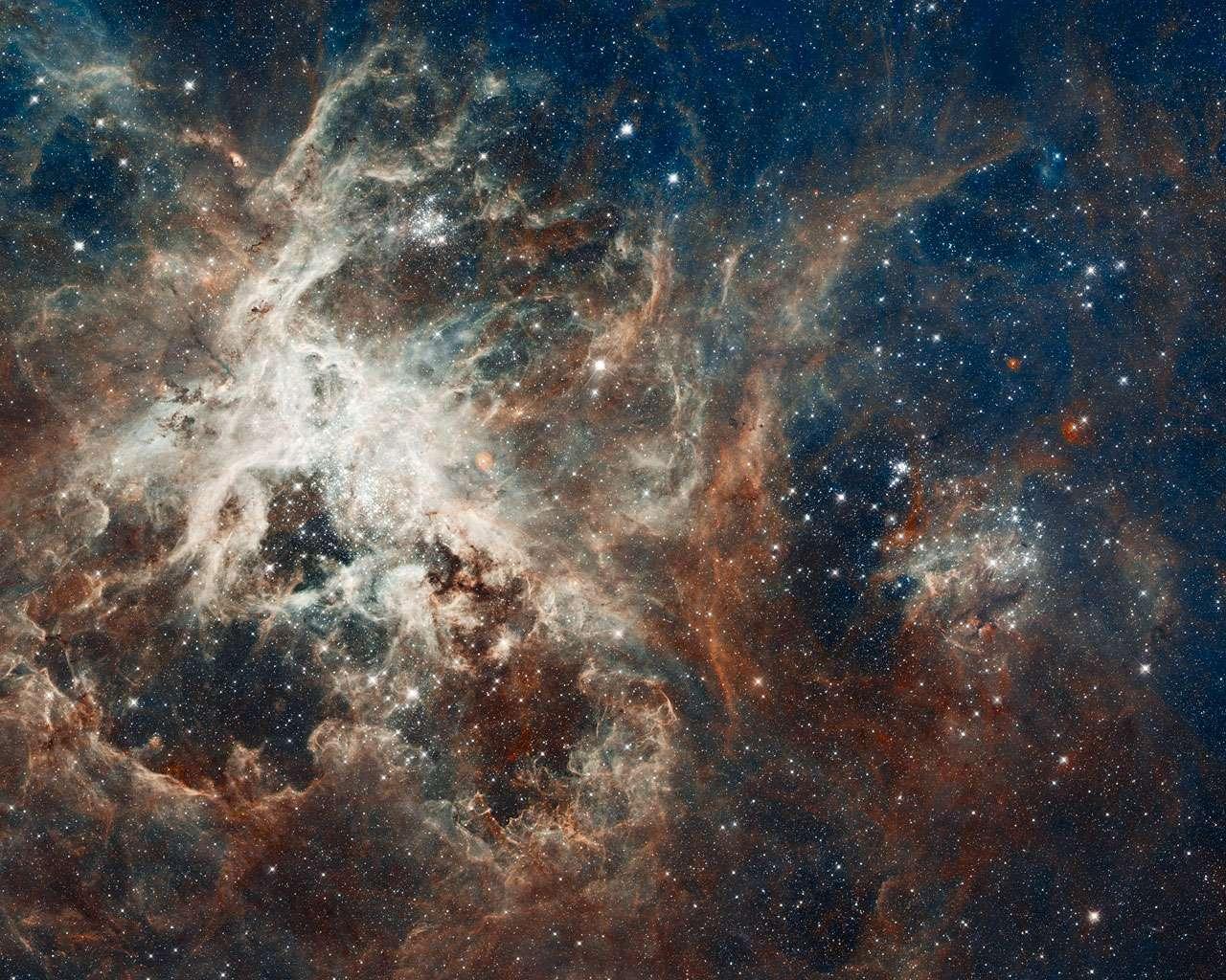Cette image de la nébuleuse de la Tarentule est l'une des plus grandes mosaïques réalisées à partir des clichés pris par le télescope spatial Hubble, qui fête ses 22 ans. © Nasa/Esa/ESO
