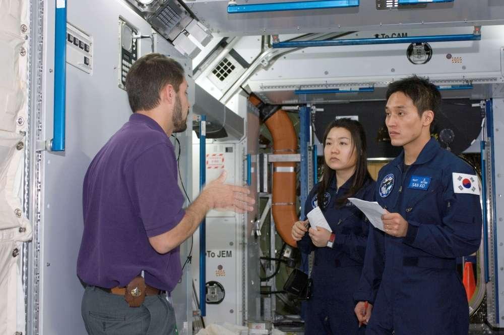 Yi So-yeon et San Ko pendant une séance d'entraînement dans la maquette de l'ISS (SSMTF, Space Station Mockup and Training Facility). © Nasa