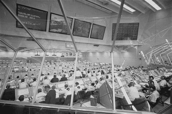 La salle de contrôle de Houston, en pleine supervision de la mission Apollo 11. © Licence Commons