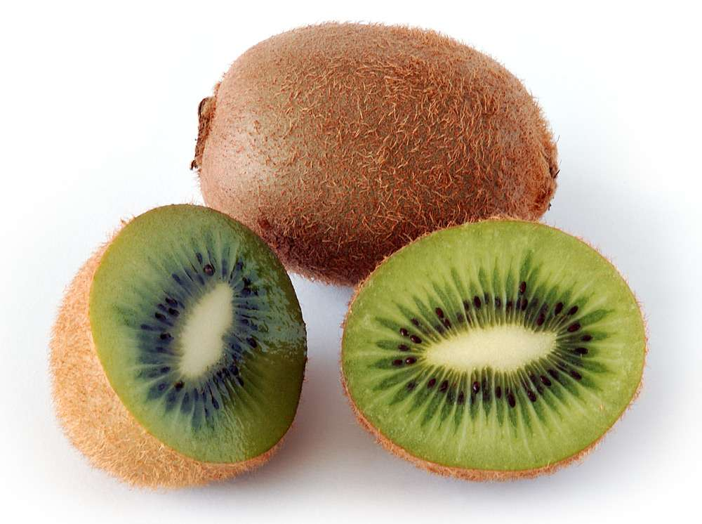 Le kiwi est le champion de la vitamine C car il en contient 90 mg pour 100 g de fruit, soit l'équivalent des apports journaliers recommandés. © André Karwath, Wikimedia Commons, CC by-sa 2.5