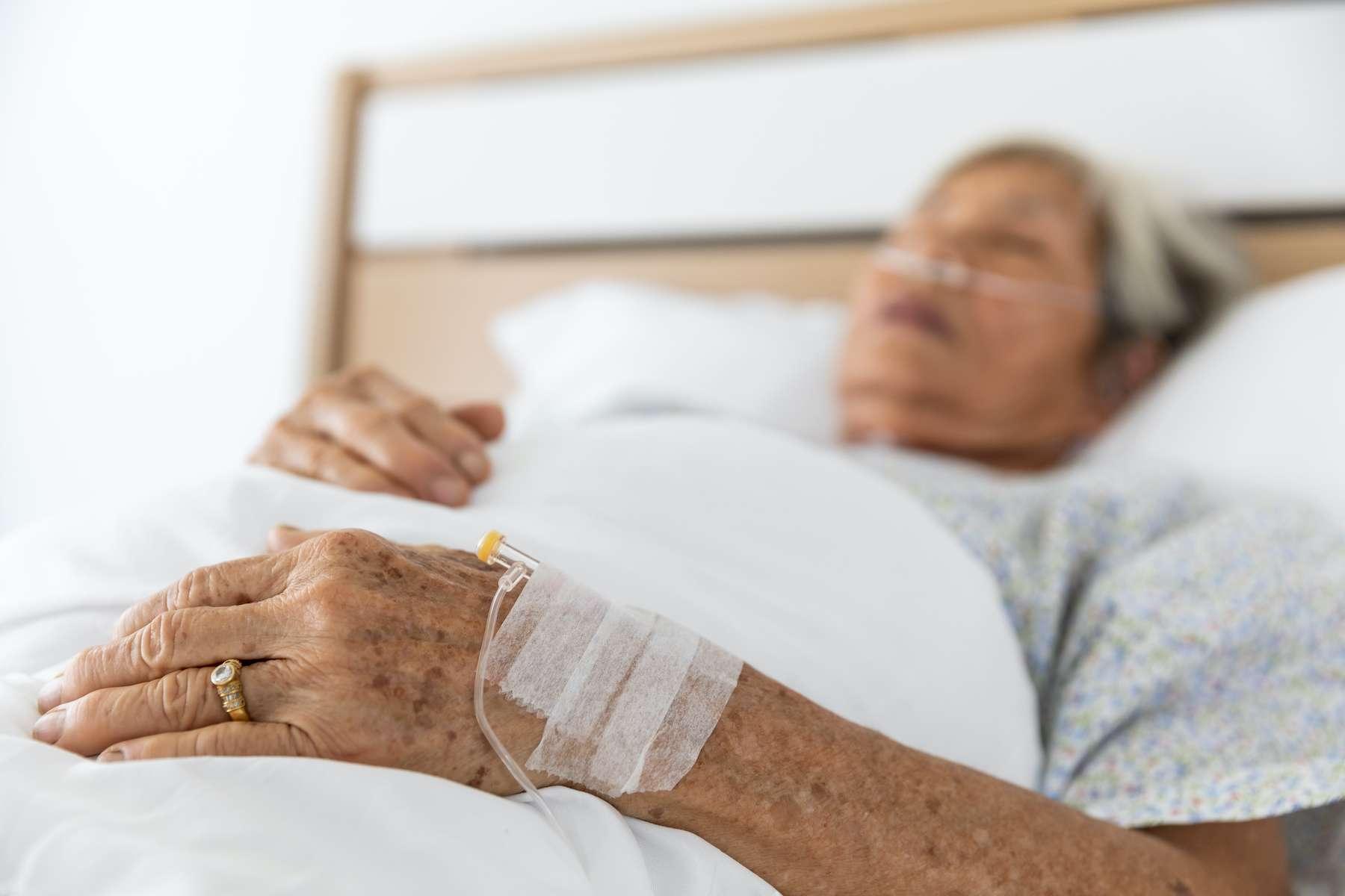 Une femme de 90 ans est décédée après avoir été infectée par deux variants différents de coronavirus. © SHUTTER DIN, Adobe Stock