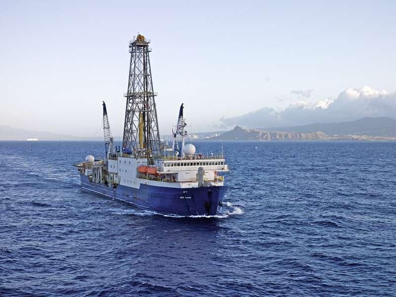 Le JOIDES Resolution est un navire de forage. Actuellement, il est au rift du Hess Deep, afin de forer le plancher océanique. La tour qui dépasse du bateau est le derrick. © IODP