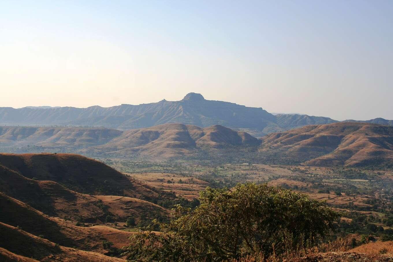 Les coulées basaltiques du Deccan en Inde. Le volume de laves refroidies permettrait de recouvrir la surface de la France sous une épaisseur bien supérieure à quelques dizaines de mètres. © Kppethe, Wikipédia