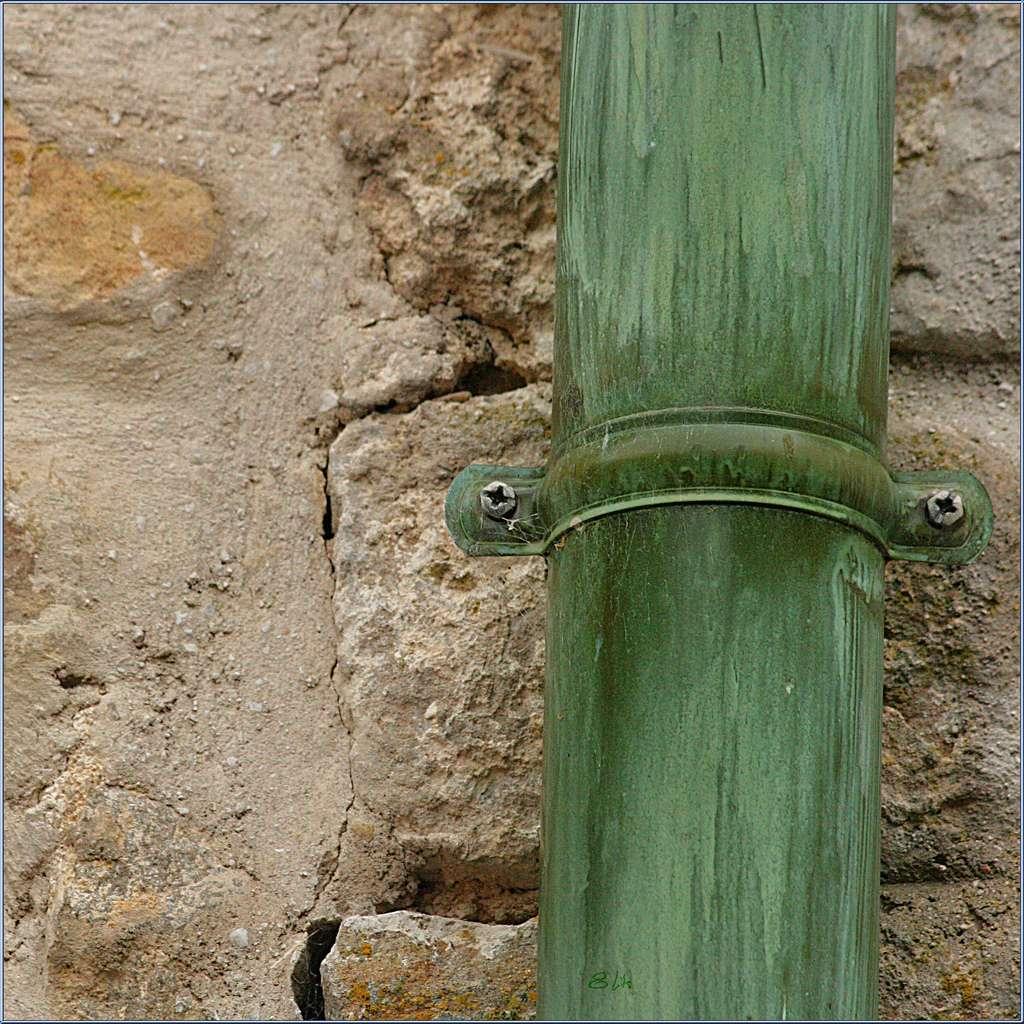 Le chéneau transporte l'eau aux gouttières et aux tuyaux de descente qui longent les murs jusqu'au sol. © Willy Revel, CC BY-NC-ND 2.0, Flickr