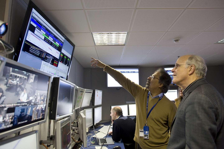 En 2009, le prix Nobel de physique David Gross a visité la salle de contrôle du détecteur CMS. Gross est à l'origine d'une version de la théorie des supercordes qui contient une bonne partie des équations du modèle standard de la physique des particules. La détection d'un boson Z' prime pourrait permettre de tester cette théorie. © Michael Hoch