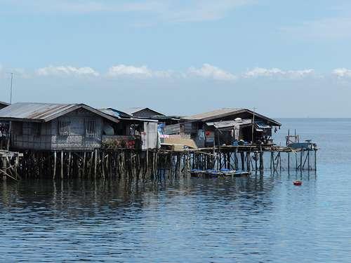 Ce village sur pilotis au bord d'un lac est un village lacustre. © burgermac CC by 2.0