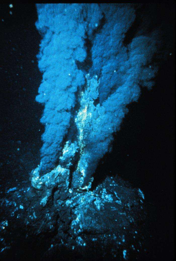 Les sources hydrothermales, telles ce fumeur noir, seraient une source de fer dissous non négligeable mais négligée jusqu'à présent. © OAR-NURP-NOAA