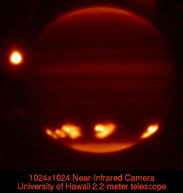 Sur cette image prise en 1994 avec le télescope de l'Université d'Hawaï en infrarouge, on voit les impacts des fragments de la comète Shoemaker-Levy 9 sur Jupiter. © University of Hawaii