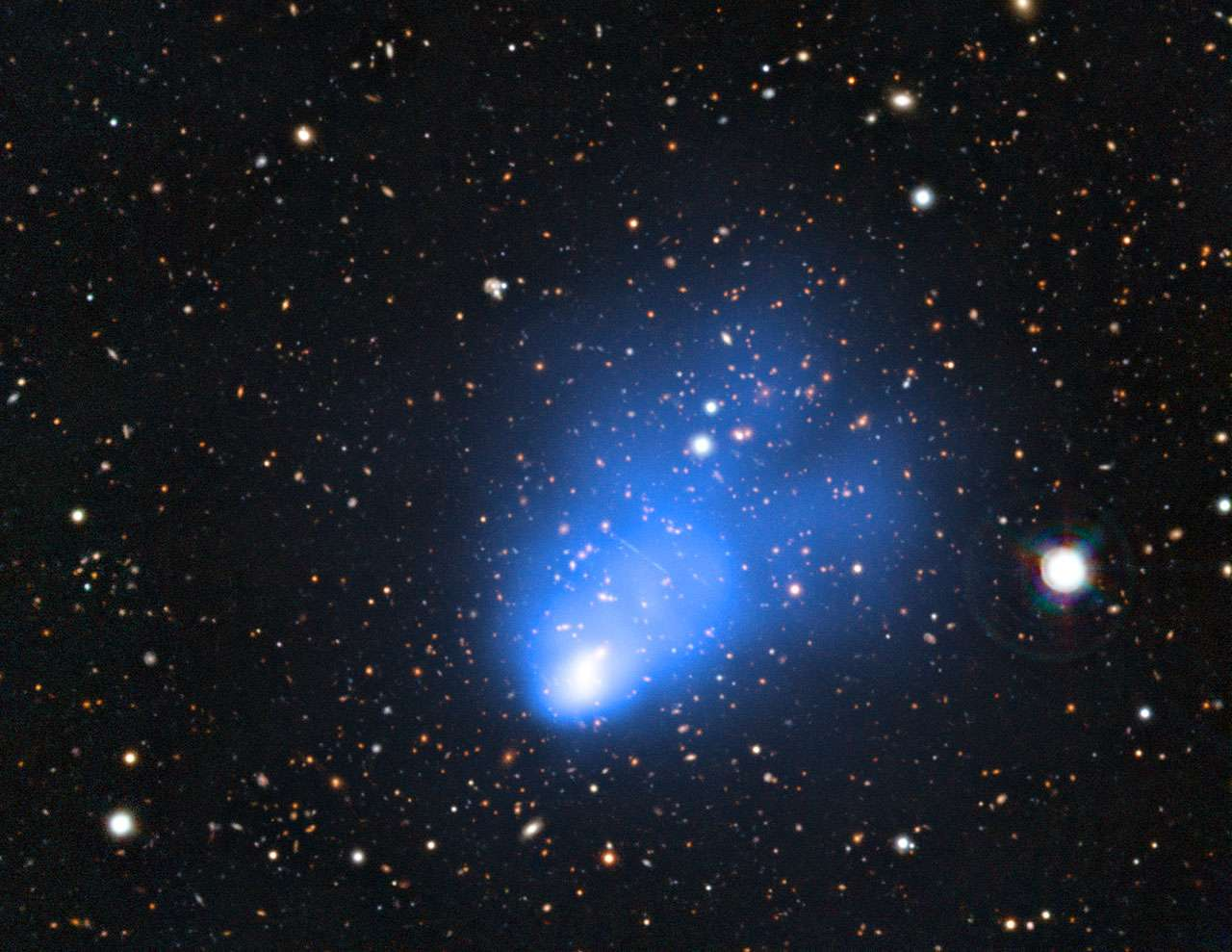 En ajoutant au cliché pris par le VLT et Soar les données du satellite Chandra en rayons X, on observe en bleu le gaz chaud qui baigne l'amas de galaxies El Gordo. © ESO/Soar/Nasa