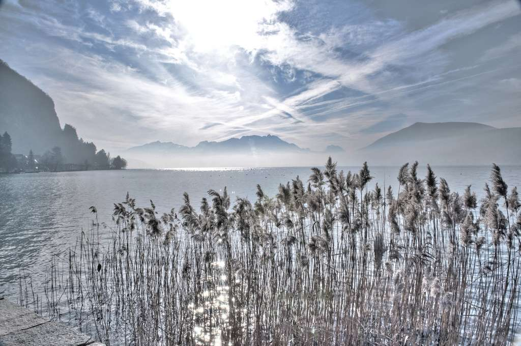 Le lac d'Annecy est dans les Alpes, en Haute-Savoie. Après le lac Bourget, c'est par sa superficie le deuxième lac d'origine glaciaire. En hiver, lorsque la température de l'eau atteint 4 °C, les masses d'eaux de surface, plus denses, se mettent en mouvement vertical. Lorsque le lac est complètement brassé, on le qualifie de lac holomictique. © Flou-Net, Flickr, cc