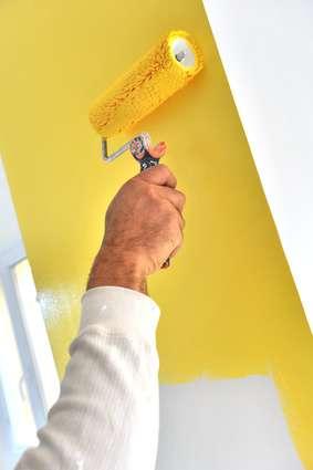 Lessiver un mur permet de le préparer pour le peindre ou lui redonner son éclat. © pgm