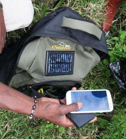 Lorsqu'ils se déplacent à la rencontre des patients dans des zones reculées, les médecins sont équipés d'un sac à dos muni d'un petit panneau solaire pour alimenter la batterie du smartphone. © Peek Vision