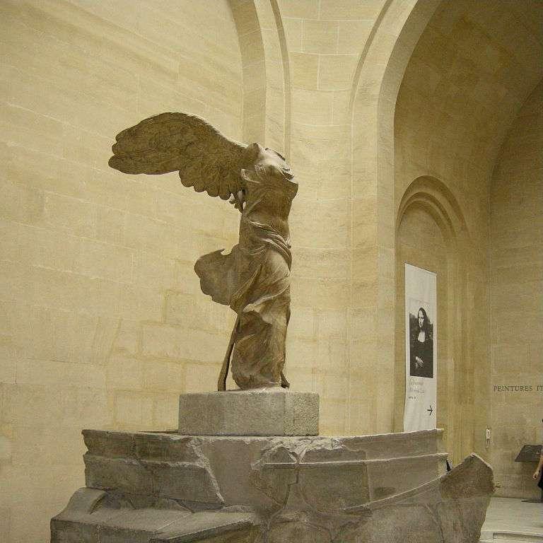 La Victoire de Samothrace est une célèbre sculpture de l'Antiquité. Elle a été réalisée en marbre blanc de Paros. © Sailko, Wikimedia Commons, cc by sa 3.0
