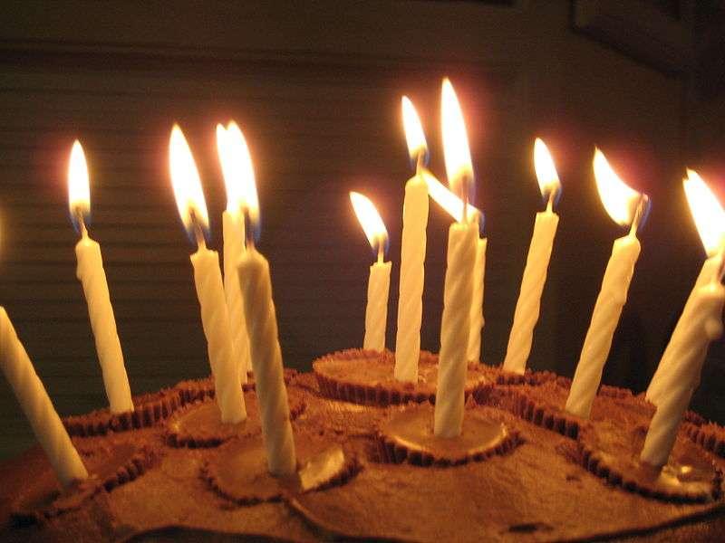 Et si le dernier souffle était celui qui éteint les bougies ? La probabilité de mourir le jour de son anniversaire reste très faible mais elle est un peu plus élevée que pour les autres jours de l'année. Et cela ne concerne que les personnes de plus de 60 ans. © Raj1020, Wikipédia, DP