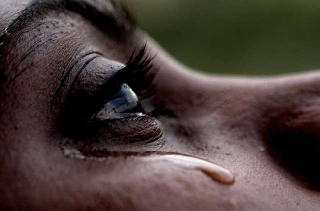 Le liquide lacrymal vient hydrater l'œil pour le nettoyer, mais parfois il est produit excessivement, et il se met à couler le long des joues, formant des larmes. Si certaines personnes souffrent de sécheresses oculaires, elles pourront espérer à l'avenir une transplantation de glandes lacrymales entièrement conçues in vitro. © Honikum, Flickr, cc by nd 2.0