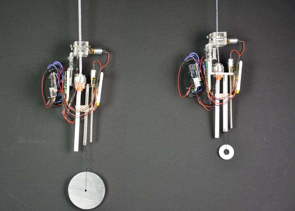 Le robot-araignée développé à l'École polytechnique fédérale de Zurich se déplace à la verticale le long d'un fil solide. Il fabrique celui-ci au fur et à mesure à partir de bâtonnets de colle thermoplastique qui est chauffée, puis étirée. Il peut transporter des charges utiles allant jusqu'à 10,9 kg dans sa configuration actuelle. © Utku Culha, Bio-Inspired Robotics Laboratory, EPFZ