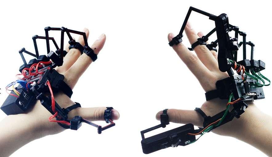 À gauche, l'exomain Dexmo Classic fabriquée par Dexta Robotics. Elle permet d'animer et de contrôler une main virtuelle. À droite, le modèle Dexmo F2 et son système de retour d'effet qui confère le sens du toucher. Les deux boîtiers situés au niveau du pouce et de l'index génèrent une résistance mécanique lorsque l'avatar de la main rencontre un objet virtuel. Le système se limite pour le moment à un mode « marche-arrêt », expliquent ses concepteurs, ce qui veut dire qu'il ne permet pas de percevoir de nuances selon le type d'objet virtuel touché. © Dexta Robotics