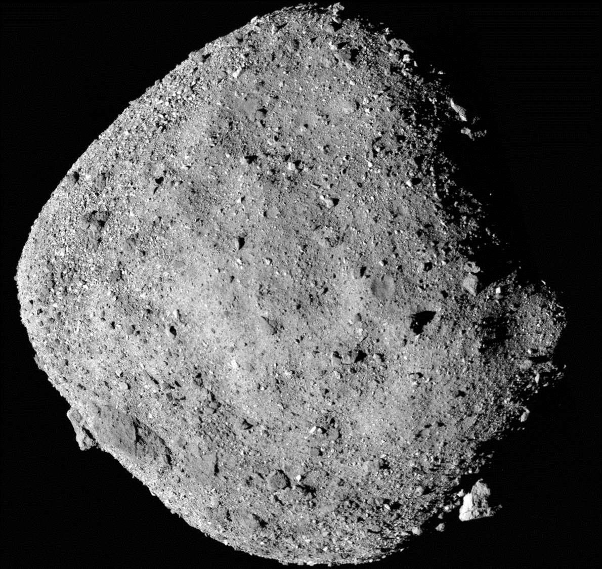 L'astéroïde Bennu vu avec un luxe de détails par Osiris-Rex le 2 décembre, à 24 km de distance. Cette image composite a été créée à partir de douze images prises par la PolyCam de la sonde. © Nasa/Goddard/University of Arizona