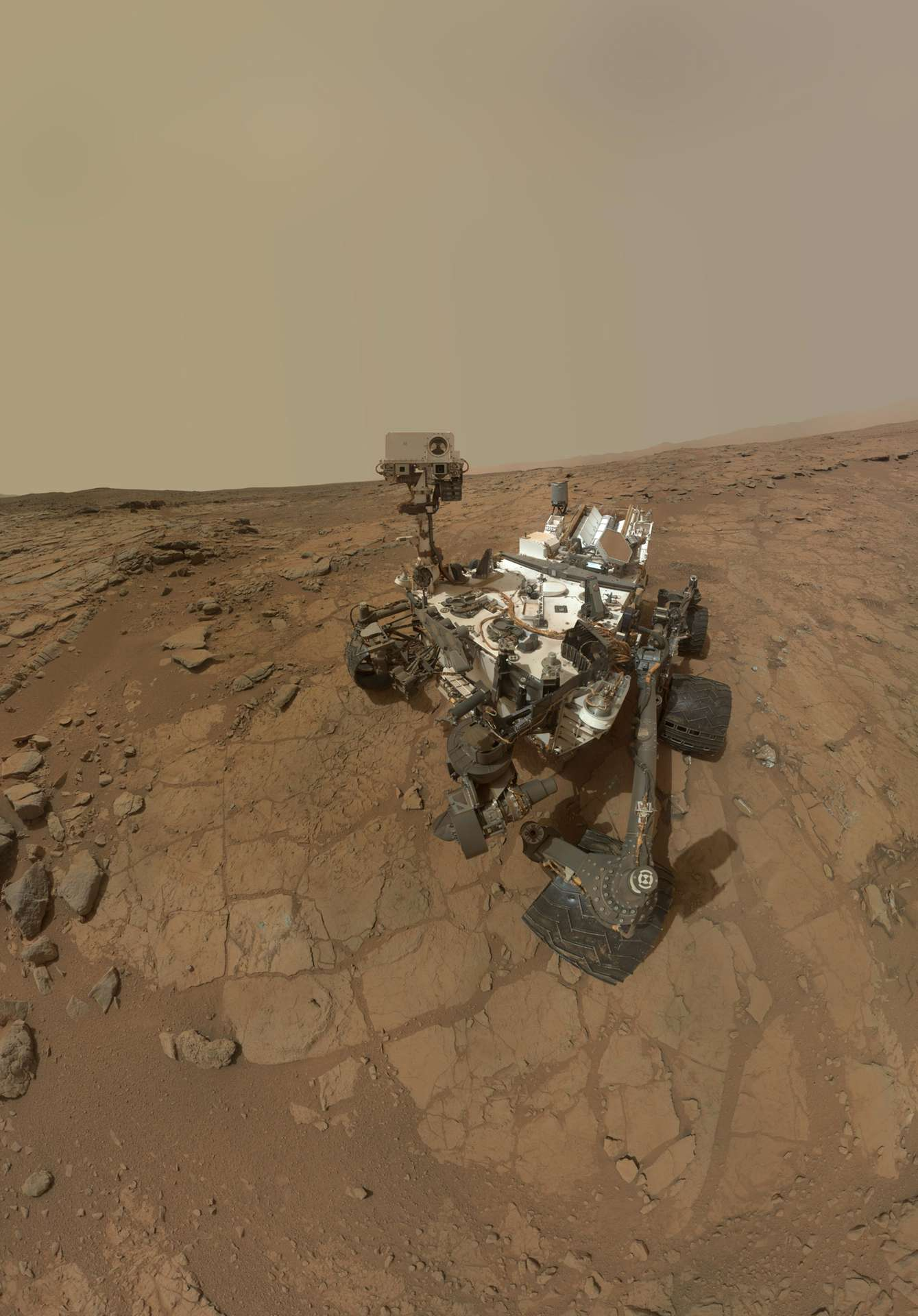 Autoportrait du rover Curiosity, réalisé avec une série d'images (d'où l'absence du bras robotisé portant l'appareil photo), acquises lors du sol 177. L'ordinateur B prend le relais de l'ordinateur A, le temps que les équipes au sol résolvent son problème de mémoire. © Nasa, JPL-Caltech, MSSS