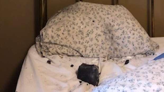 Une météorite de la taille d'un melon s'est écrasée sur son oreiller. © CTV News Vancouver, Twitter