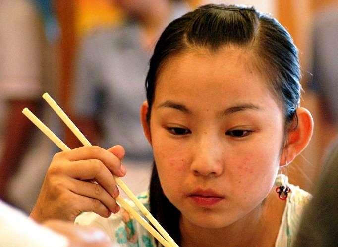 Les baguettes sont l'emblème de la cuisine asiatique. Le géant de l'informatique chinois Baidu se prépare à mettre sur le marché des baguettes connectées capables d'analyser électroniquement un plat et de mettre en garde en cas d'intoxication alimentaire potentielle. © cc by sa 2.0, Wikipédia