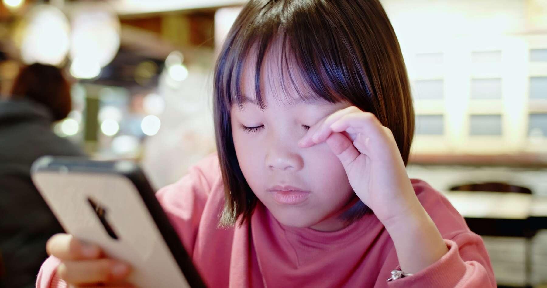 En raison d'un surcroît d'activités sur écran et du manque de lumière extérieure, le confinement aurait fait baisser la vue des enfants de 0,3 dioptrie en moyenne. © ryanking999, Adobe Stock
