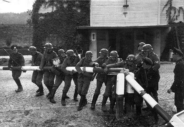 Des soldats allemands détruisant une barrière en Pologne. © Hans Sönnke, Wikimedia Commons, DP