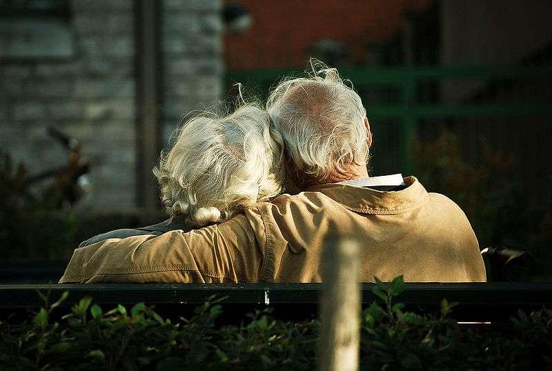 La maladie d'Alzheimer touche aujourd'hui 18 millions de personnes dans le monde, et représente à elle seule plus de la moitié des démences. Avec le vieillissement général de la population, le nombre de malades devrait augmenter si l'on ne trouve pas un traitement pour arrêter et faire reculer la neurodégénérescence. Pour l'heure, on ne peut que ralentir son évolution, à l'aide de médicaments à base de donépézil par exemple. © Candida.Performa, Flickr, cc by 2.0