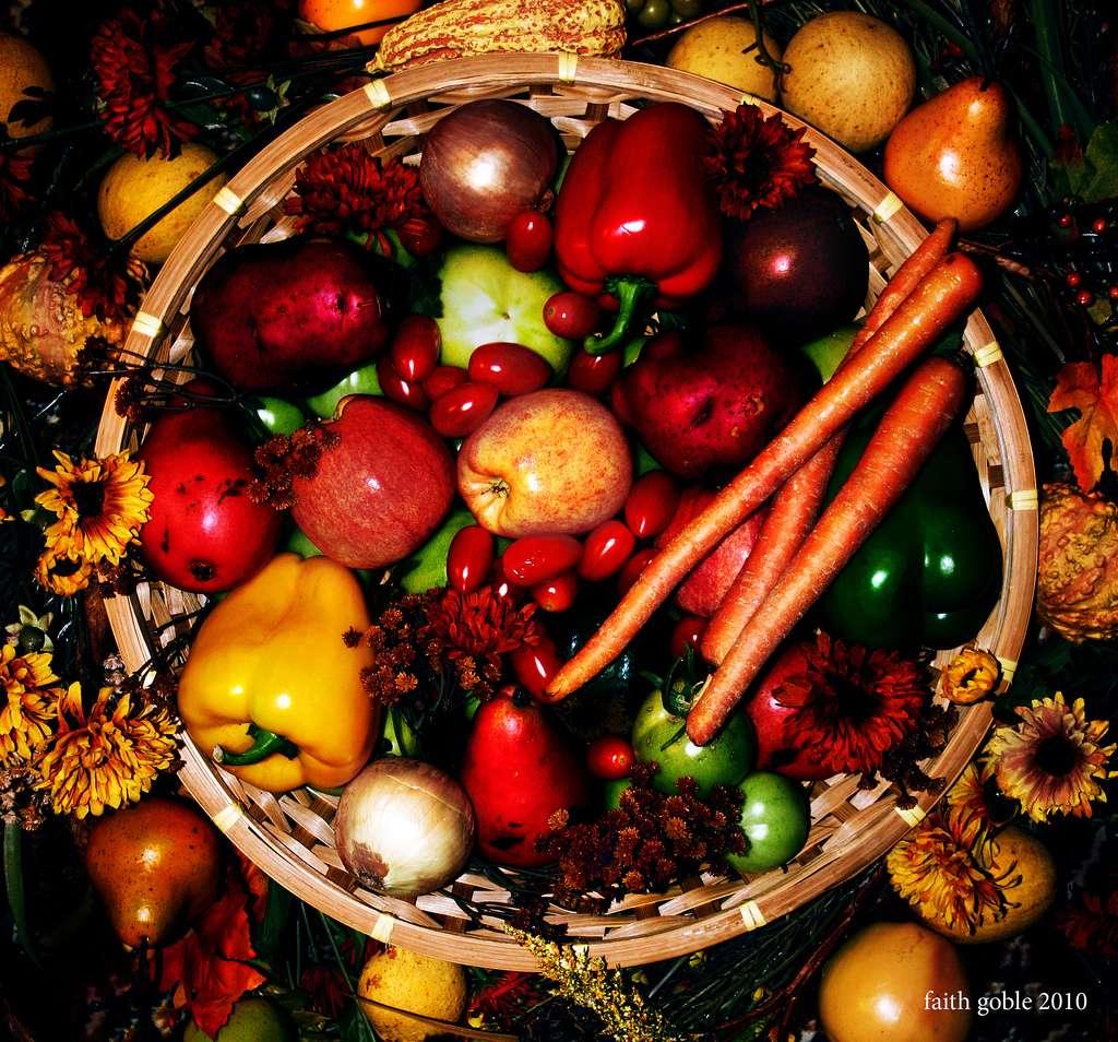 Le Programme national nutrition santé (PNNS) recommande de consommer au moins cinq portions de fruits et légumes par jour. Ces aliments contiennent des nutriments essentiels comme des vitamines, des minéraux et des fibres. Il est donc très important de les intégrer dans son régime alimentaire. Dans cette nouvelle étude, les chercheurs ont mis en évidence un lien entre une alimentation équilibrée et une baisse du sentiment dépressif. © Faith goble, Flickr, cc by 2.0