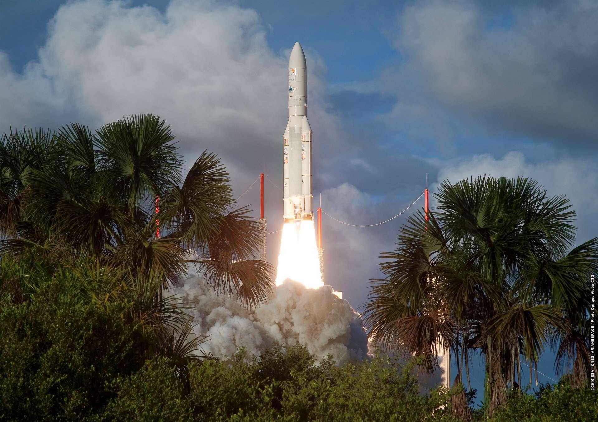 Une fusée Ariane 5 décolle de Kourou, au milieu de la jungle guyanaise, en 2010. © ESA/CNES/Arianespace/CSG