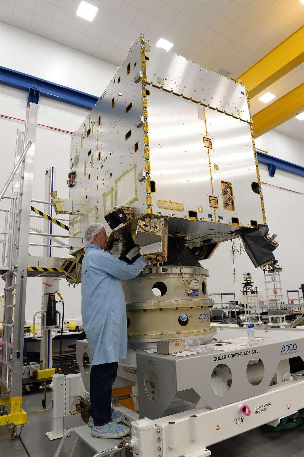 Modèle structurel du satellite Solar Orbiter. Ce modèle d'essai a été construit dans l'établissement de Stevenage d'Airbus Defence and Space où sera construite la future sonde. © Airbus Defence & Space